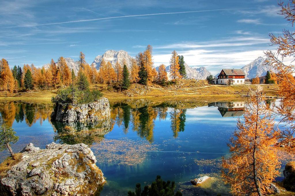 Mặt hồ thu có những điểm đặc biệt: tĩnh lặng, trong sáng, trung thực, khoan dung và đẹp.