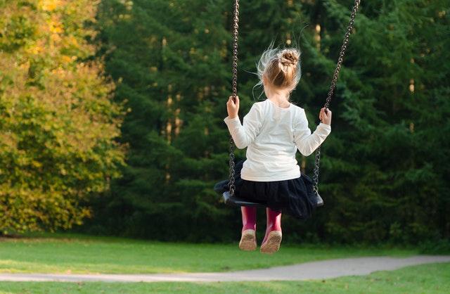 Các bé gái thường có tính cách dịu dàng hướng nội. Tuy nhiên, vì thế cha mẹ cũng có nhiều nỗi lo lắng: lo con ra ngoài gặp người xấu, yêu sớm...