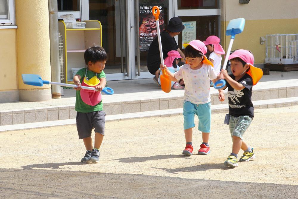 Trong các trường học tại Nhật Bản, hầu như rất ít trường học có nhân viên vệ sinh. Các trường học đều để học sinh tự làm.