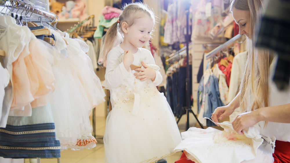 mua quần áo cho bé gái luôn phải bỏ rất nhiều tâm tư, không những phải chú ý cách phối màu mà còn phải chọn thật chi tiết mới được, giống hệt như một cô công chúa nhỏ vậy.