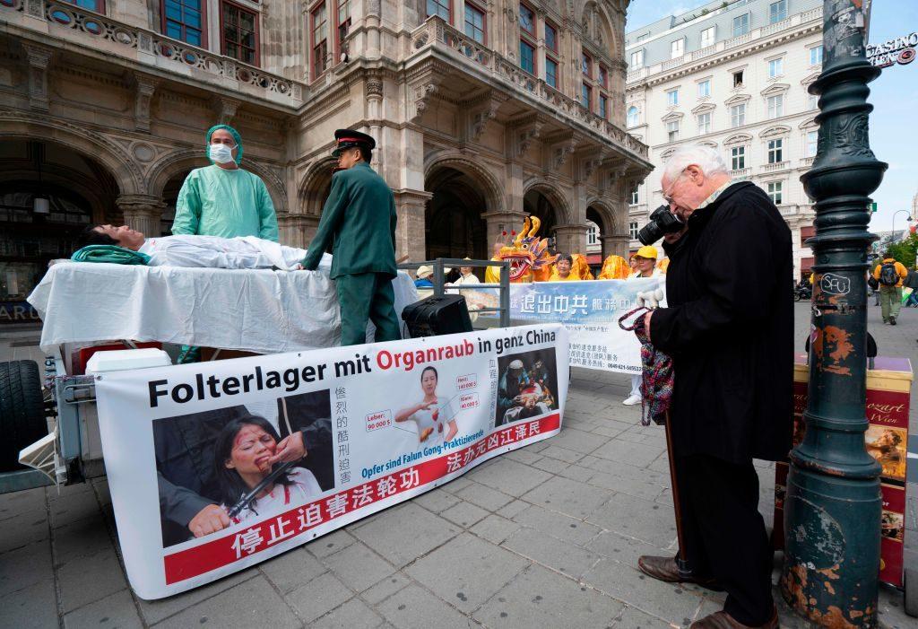 Các học viên Pháp Luân Công diễn lại khung cảnh tội ác mổ cướp nội tạng của ĐCSTQ tại Áo. (Ảnh: Getty)