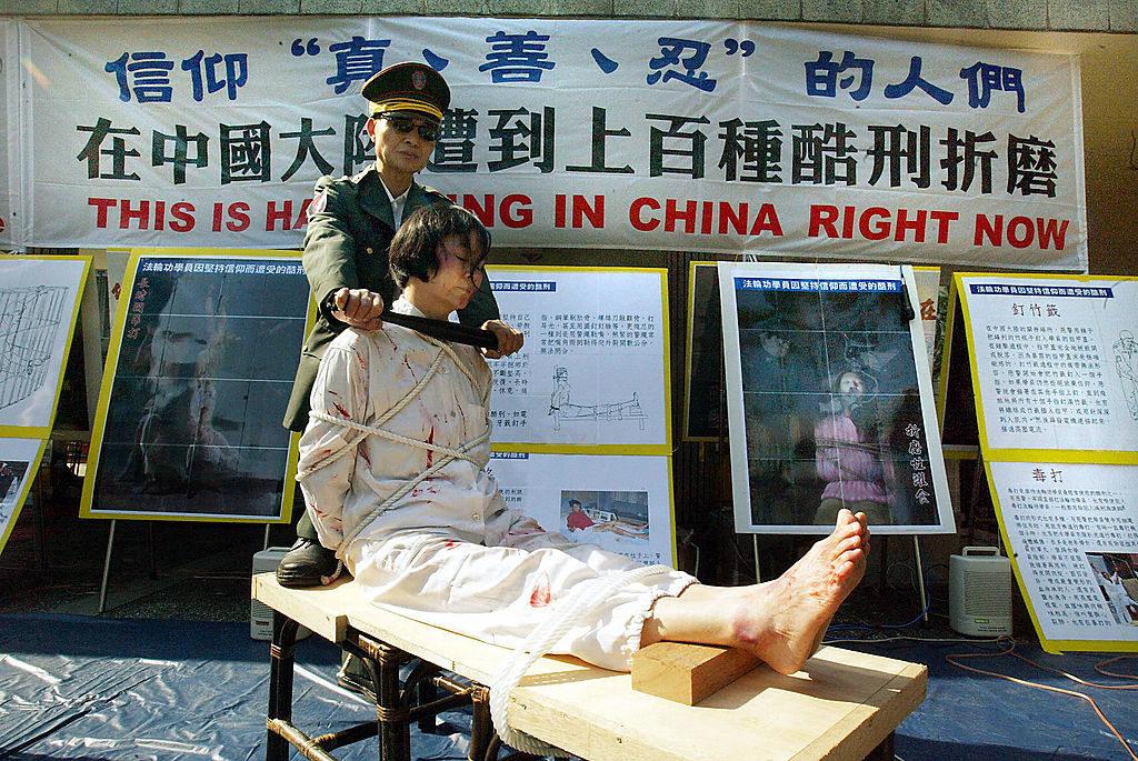 Học viên Pháp Luân Công diễn lại những tội ác tra tấn của ĐCSTQ tại Hồng Kông vào năm 2004.