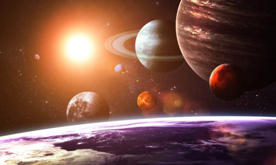 Hai người hàng xóm to lớn của trái đất chúng ta là sao Thổ và sao Mộc. Trong hệ mặt trời, sao Thổ và sao Mộc có thể tích lớn nhất, ảnh hưởng đến trái đất cũng lớn nhất.