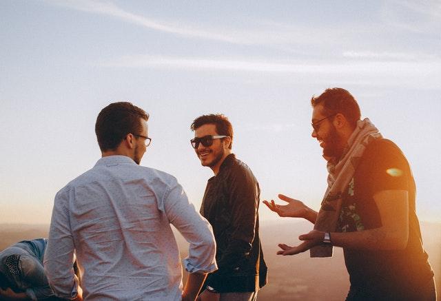 cần lựa chọn bạn tốt mà thâm giao, như vậy mới thọ ích cả đời. Trái lại thì sẽ bị bạn bè lôi kéo liên lụy và sa ngã.