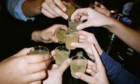 Nghiên cứu: 3 giai đoạn uống rượu tai hại nhất trong cuộc đời của bạn