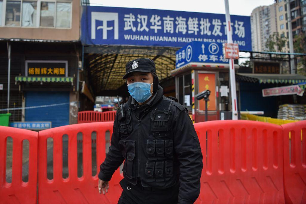 Video cảnh sát đột ngột ngã nhào xuống đất và thực hư số cảnh sát Trung Quốc đã tử vong bởi dịch bệnh Coronavirus