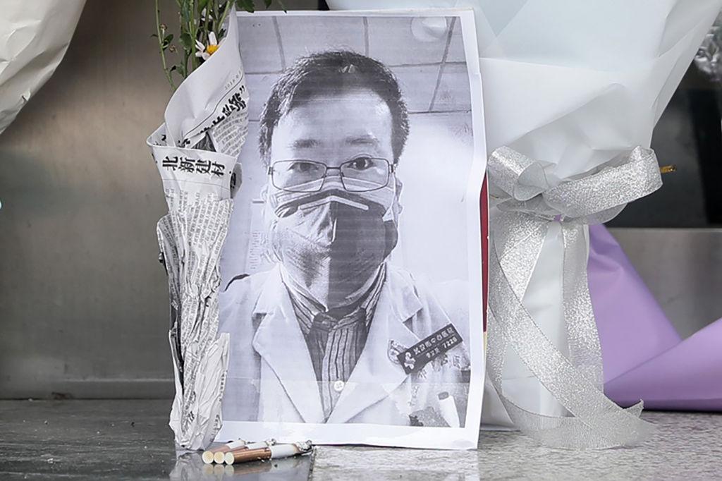 """Chính quyền Bắc Kinh không những không bảo đảm sự an toàn cho dân chúng, mà còn tiếp tục chiến dịch bắt giữ bất cứ ai phát tán """"tin đồn"""". Sự ra đi của bác sĩ Lý Văn Lượng mới đây đã gây bao phẫn nộ trong công chúng. (Ảnh: Getty Images)"""