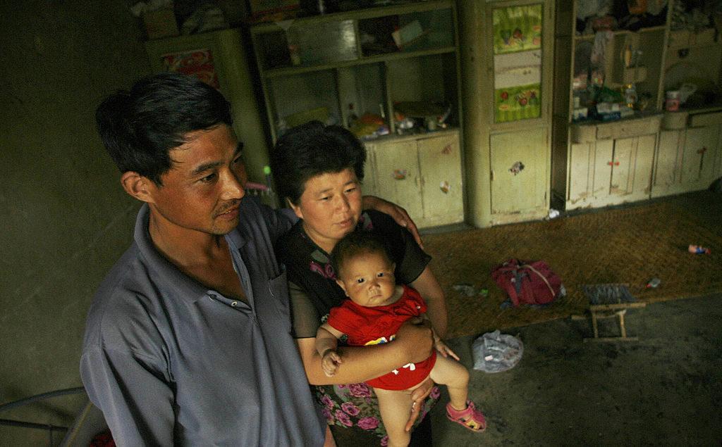 Anh Cao Xiaonian và vợ Zhou Xiaoneng bế đứa con 9 tháng tuổi là những nạn nhân dương tính với HIV từ cuộc mua bán huyết tương diễn ra vào những năm 1980 tại phía nam của tỉnh Hà Nam, Trung Quốc.