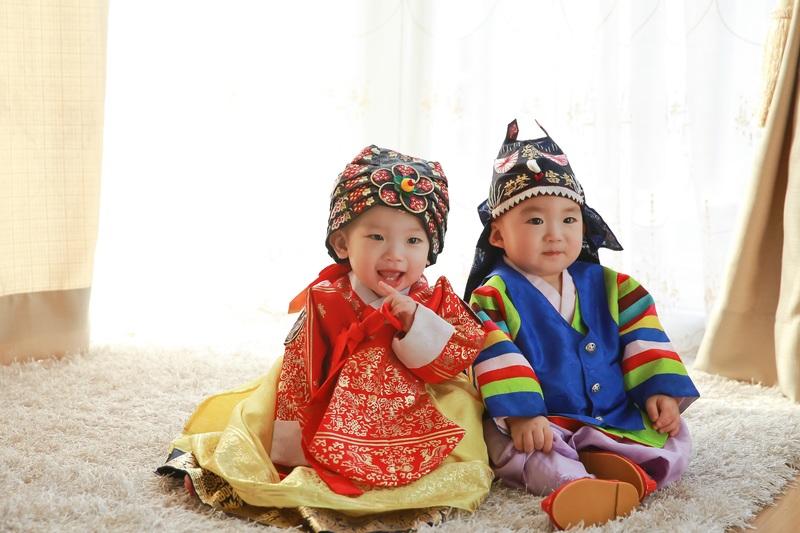 Khi trẻ 6 tuổi, cần phải dạy chúng chữ số và phân biệt phương hướng Đông, Tây, Nam, Bắc. Khi trẻ 7 tuổi, cần dạy chúng con người có sự khác biệt giới tính nam, nữ, ăn, ngồi không cùng nhau.