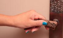 Bạn có thể bị nhiễm coronavirus chỉ vì chạm vào tay nắm cửa?