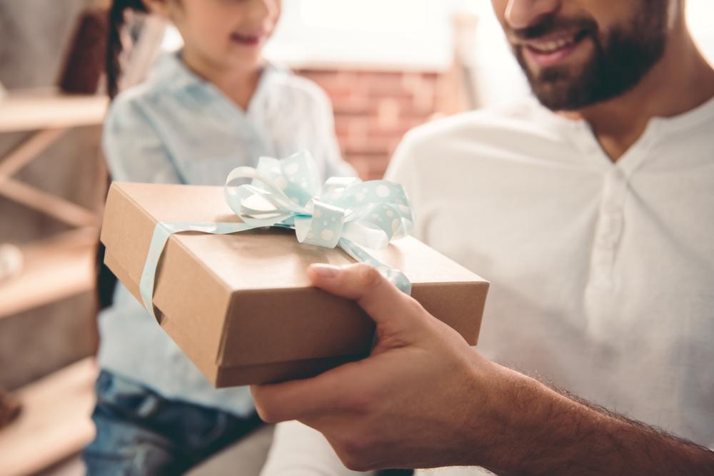 Một hôm ông đi làm về, một ngày rất mệt mỏi và chẳng kiếm được bao nhiêu, cô bé hớn hở chạy ra ôm một cái hôp trang trí bằng những giấy gói rất đẹp, cô bé cười vẻ rất hạnh phúc trao hộp quà cho ông