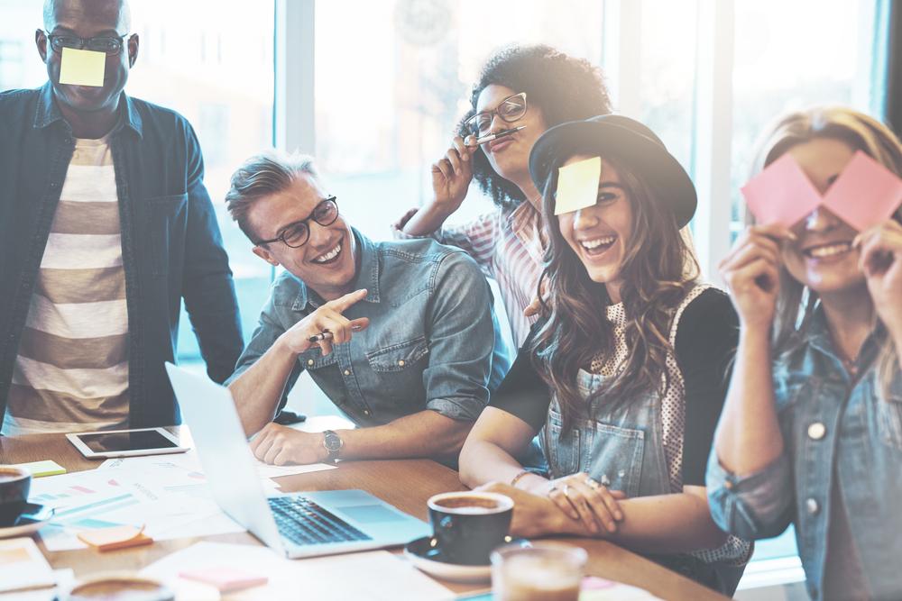 """Những chuyện cười hay các cuộc trò chuyện dí dỏm sẽ khiến bạn cảm thấy gần gũi hơn với mọi người xung quanh, đặc biệt là tại nơi """"bình thường"""" và khá nhàm chán như nơi làm việc."""