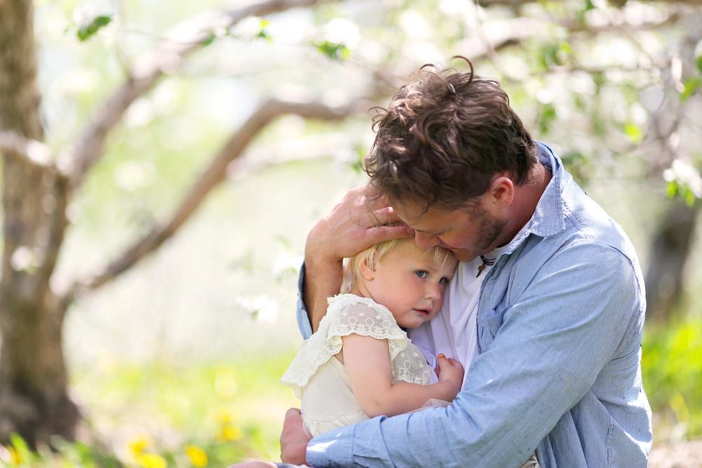 """Cô bé bất ngờ khi thấy ông giận dữ, nước mắt lưng tròng, ngước nhìn cha, rưng rưng: """"Cha ơi, đó đâu phải là chiếc hộp rỗng, con đã thổi đầy những nụ hôn suốt đêm để tặng cha mà!"""""""