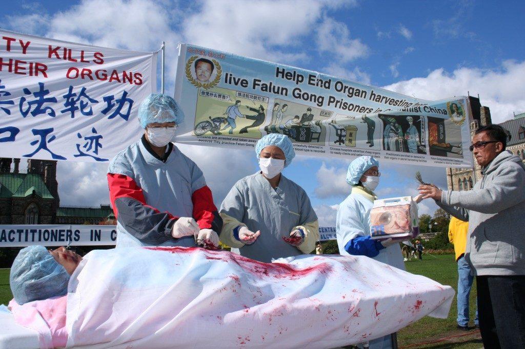 Học viên Pháp Luân Công tái hiện lại tội ác thu hoạch nội tạng ở Trung Quốc trong một cuộc mít tinh ở Ottawa, Canada, năm 2008.