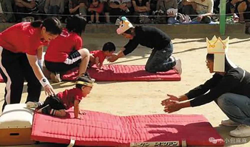 Trẻ dưới 1 tuổi cũng tham gia các hoạt động quy mô lớn, điều này cho phép trẻ em tham gia vào tập thể ngay từ khi còn nhỏ để rèn luyện tinh thần cứng cỏi.