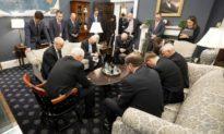Mặc làn sóng chỉ trích của các nhà phê bình vô Thần, nước Mỹ vẫn cầu nguyện giữa đại dịch