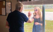 Cháu gái khoe nhẫn đính hôn với ông qua cửa kính nhà cách ly