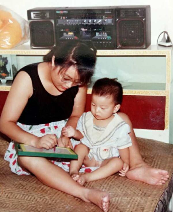 Trâu Hoàng Yến kiên trì dạy học cho con, còn Đinh Đinh chăm chỉ học hỏi. Người mẹ không bao giờ dừng lại, và Đinh Đinh cũng ngày càng thành công hơn dưới sự chỉ dẫn của mẹ mình.