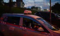 Cô gái sợ hãi nhảy khỏi xe taxi, do tài xế 'cố ý' chạy sai lộ trình