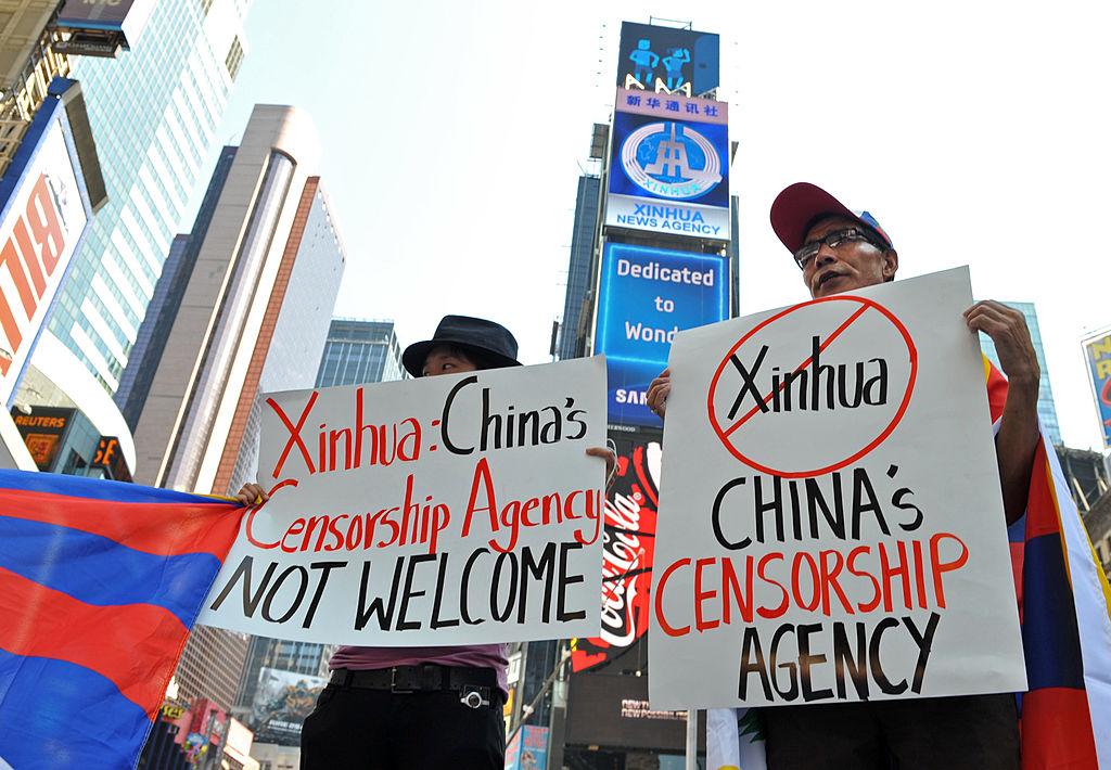 Người biểu tình chống Tân Hoa Xã ở quảng trường Thời đại ở Manhattan, New York.