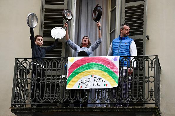 Giữa những ngày tháng cách ly, người Ý đồng loạt hát vang trên ban ...