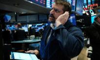 """""""Nỗi sợ hãi phố Wall"""" tăng vọt, Dow Jones mất 2000 điểm sau cú sốc giá dầu trong ngày đầu tuần"""