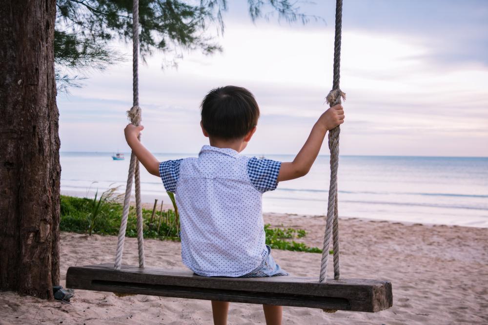 Việc chỉ tập trung vào giáo dục nhà trường mà bỏ qua giáo dục gia đình khiến trẻ phát triển khiếm khuyết cảm xúc, thói quen và hành vi tích cực, dần dần khiến đứa trẻ trở nên xa cách, lạc lõng với cuộc sống thực tế.