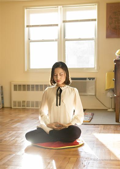 """Người thường xuyên thực hành """"Thiền định"""" có thể làm giảm khả năng bị cảm lạnh hoặc cúm, ngay cả khi họ bị nhiễm trùng đường hô hấp, bệnh cũng sẽ tương đối nhẹ. Ảnh: Học viên Pháp Luân Công luyện bài tĩnh công thiền định."""