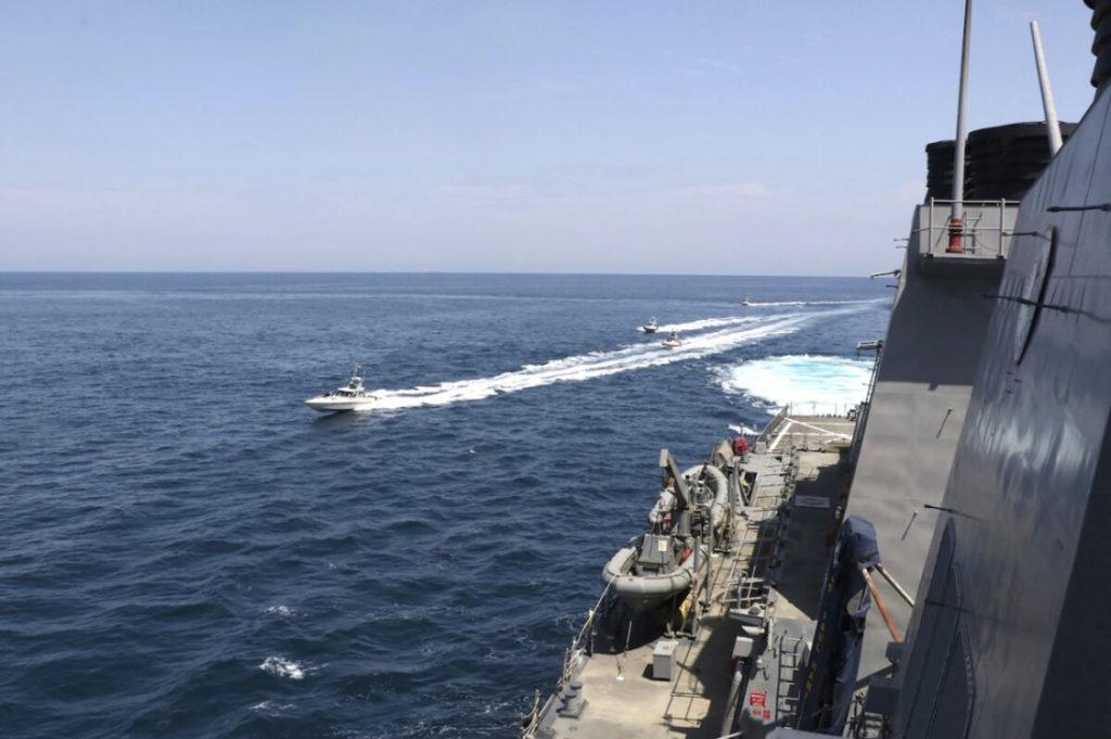 Tổng thống Trump hạ lệnh Hải quân bắn hạ tàu chiến Iran 'Nếu họ quấy rối tàu của chúng ta'