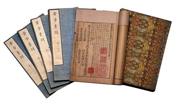 """Rất nhiều ghi chép trong các thư tịch y học cổ đại đã chứng minh rằng, y học cổ đại phương Đông vô cùng phát triển, hoàn toàn không 'lạc hậu' như chúng ta tưởng. Ảnh: Tài liệu y học cổ """"Hoàng đế nội kinh""""."""