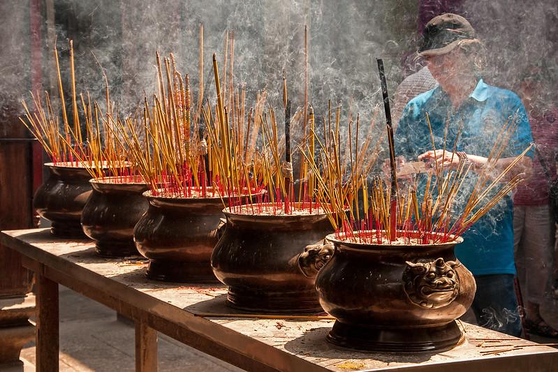Trong đỉnh đồng đặt trước thượng điện, hương được cắm dày nghi ngút khói.