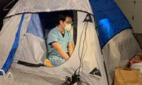 Bác sĩ dọn ra lều ở để bảo vệ gia đình trong đại dịch