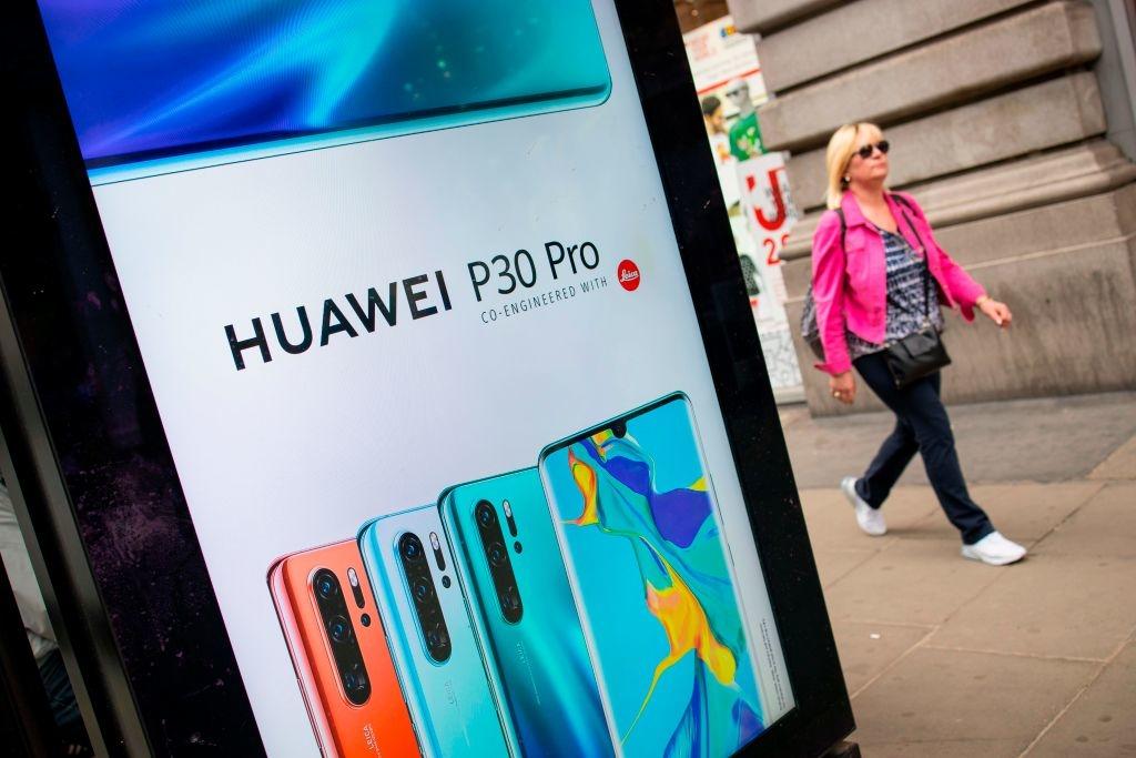 Các quốc gia Anh, Pháp, Đức đều có mối quan hệ gần gũi với ĐCSTQ. Ảnh: Biển quảng cáo mạng 5G của Huawei ở Anh.