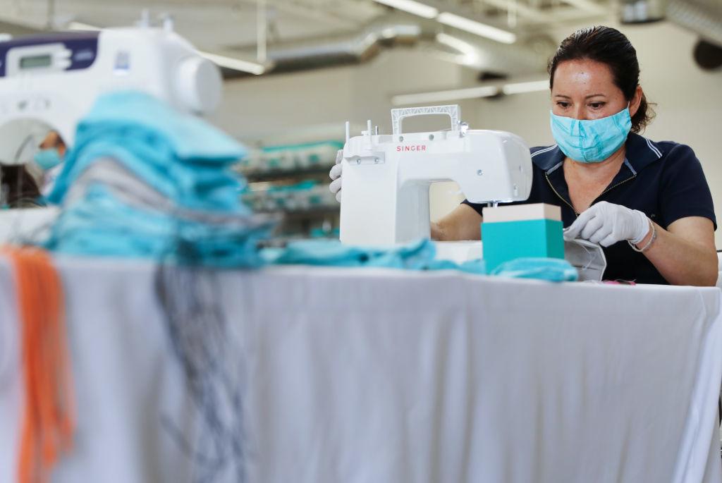 Một nhân viên của công ty giày Tieks by Gavrieli làm khẩu trang để tặng cho các bệnh viện trong bối cảnh đại dịch viêm phổi Vũ Hán lan rộng tại thành phố Culver, bang California, Hoa Kỳ.