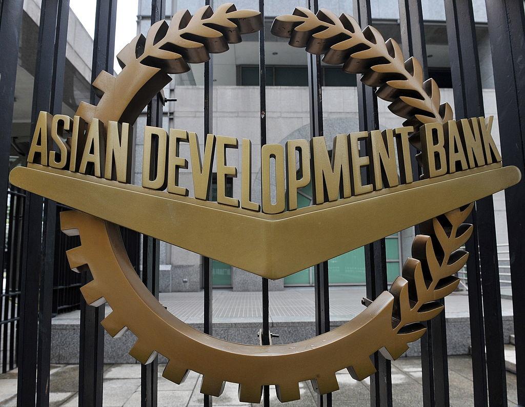 Mỹ và Nhật Bản đưa Trung Quốc vào Ngân hàng Phát triển Châu Á. Tổ chức này đã cho Trung Quốc vay hơn 40 tỷ USD phục vụ cho tăng trưởng kinh tế và phát triển các lĩnh vực.