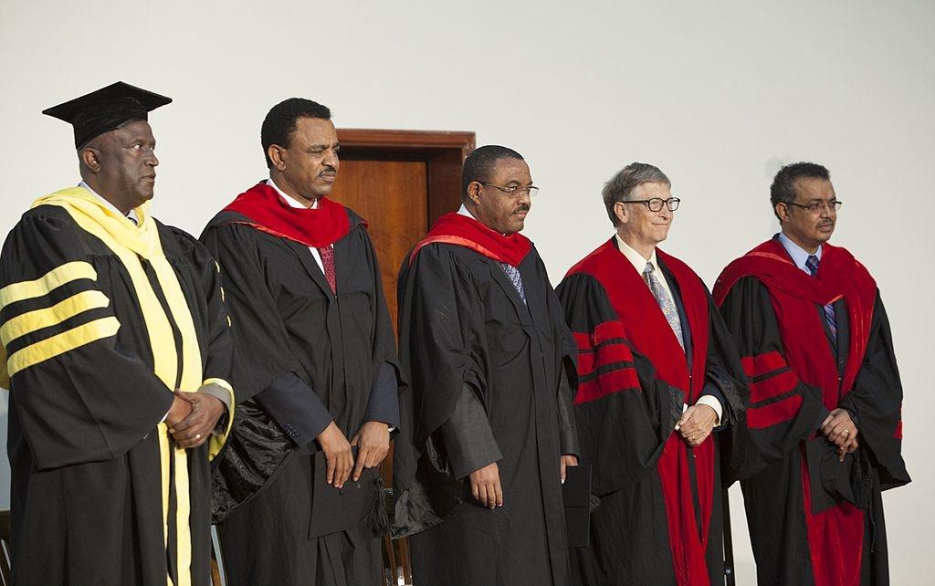 Bill Gates và ông Tedros (ngoài cùng bên phải) - Bộ trưởng Ngoại giao Ethiopia thời bấy giờ - trong một buổi lễ trao bằng danh dự tại Đại học Addis Ababa vào ngày 24/07/2014.