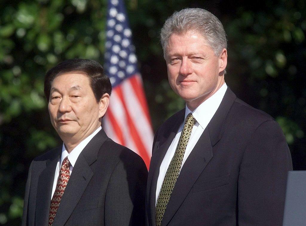 Tổng thống Mỹ Bill Clinton và Thủ tướng Trung Quốc Chu Dung Cơ tại Nhà Trắng ngày 08/04/1999. Hai nhà lãnh đạo có cuộc hội đàm về việc Trung Quốc gia nhập Tổ chức Thương mại Thế giới (WTO)