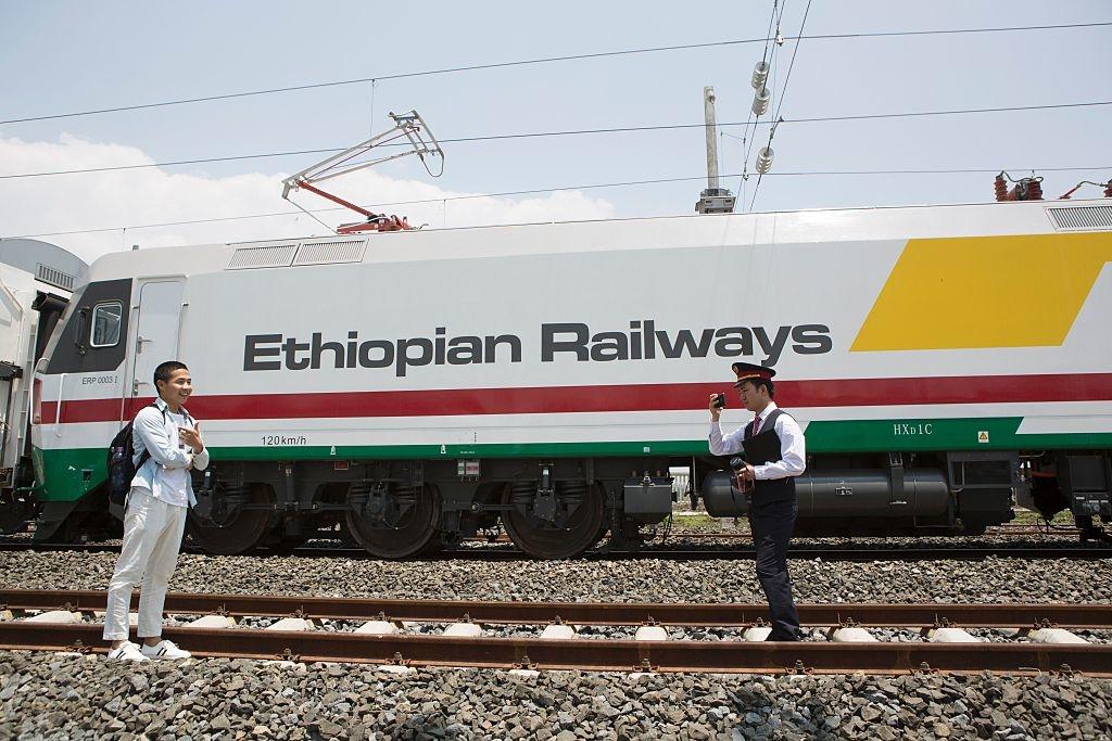 Tàu do Trung Quốc sản xuất nối 2 tỉnh Addis Ababa và Djibouti ở Ethiopia. Quốc gia này có vị trí chiến lược quan trọng trong sáng kiến Vành đai Con đường, đó là lý do vì sao Trung Quốc đã đầu tư rất mạnh mẽ để xây dựng cơ sở hạ tầng. (Ảnh: Getty)