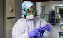 Gương mặt nữ y tá sần sùi, thâm tím vì đeo khẩu trang suốt 11 tiếng làm việc
