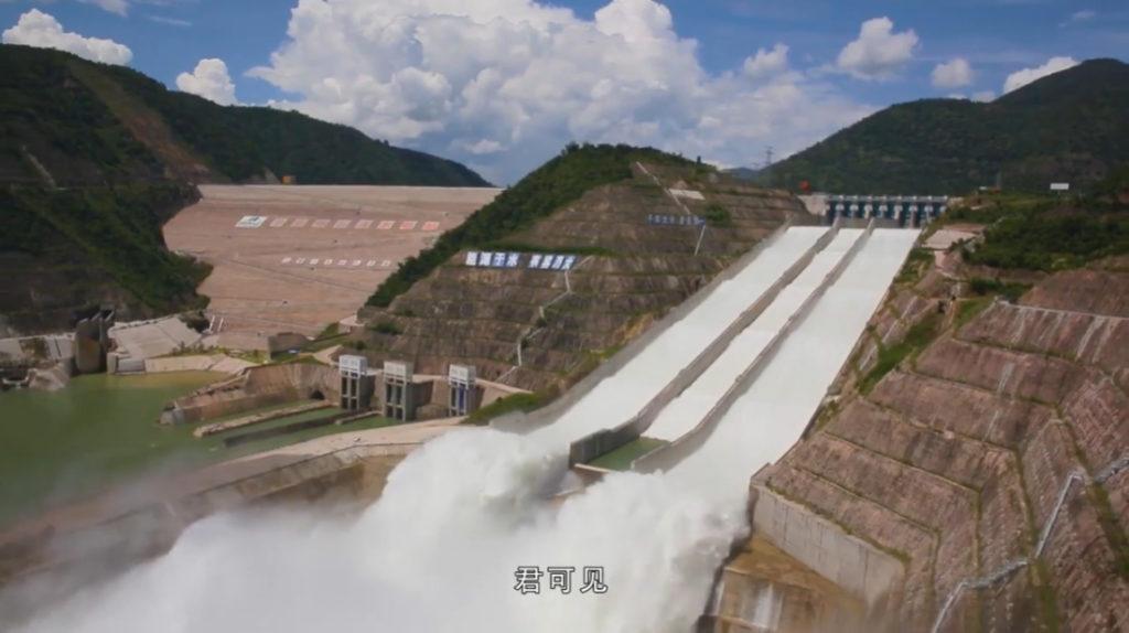 """Bằng việc xây dựng các đập thủy điện trên sông Mê Kông, Trung Quốc đã định hình lại nền kinh tế của năm quốc gia dọc theo hạ lưu sông Mê Kông, thúc đẩy """"lạm phát"""" dài hạn và buộc các nước này phải phụ thuộc nhiều hơn vào Trung Quốc. (Ảnh chụp video)"""