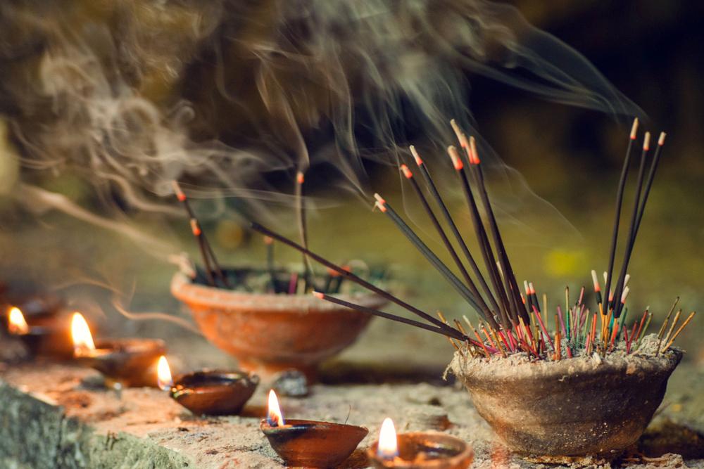 Người xưa đi chùa thần thái trang nghiêm, thành kính, rất mực tế nhị. Lễ vật cúng bái khá giản đơn, chủ yếu là lòng thành. Họ cũng cầu, nhưng rất ít người cầu mong tư lợi cá nhân.