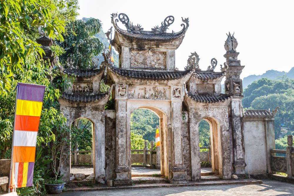 Mới đầu hạ mà nắng sớm đã chói chang, làm nổi bật cái vẻ cổ kính của tường vách rêu phong, mái ngói nâu sồng của ngôi chùa cổ.