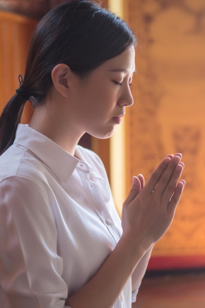 Đứng trước tượng Phật thì hai tay chắp lại, giữ yên trước ngực, đừng vái như bổ củi khiến tâm vọng động, không Định được. Tâm tĩnh thì Huệ sinh, trí sẽ sáng suốt, ít bị mê hoặc hay phạm phải sai lầm.