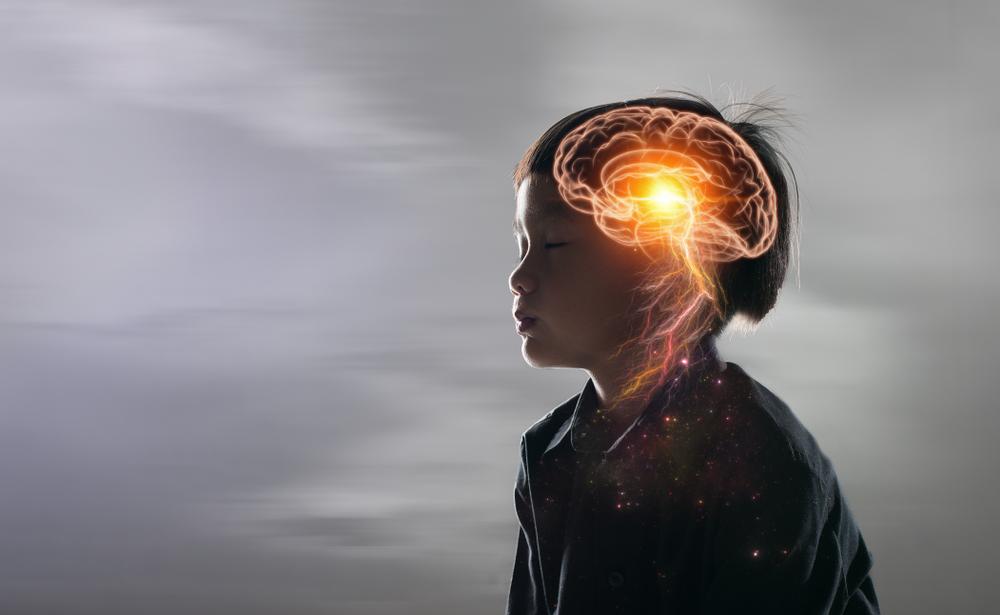 Việc liên tục mạt sát bằng những ngôn ngữ tiêu cực sẽ khiến não trẻ bị tổn thương, từ đó dần dần hình thành tính cách hèn nhát, kém cỏi. Trẻ như vậy thường học hành kém cỏi, thiếu linh hoạt, tư duy chậm chạp. (Ảnh: Shutterstock)