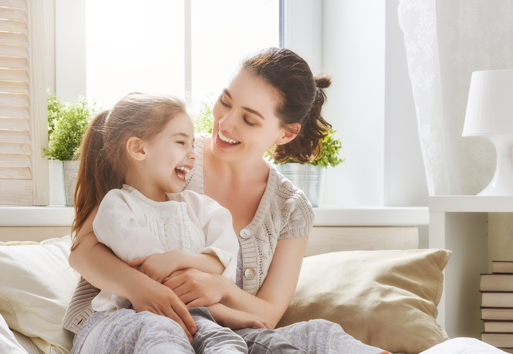 Thay vì nói những lời độc đoán, tiêu cực ảnh hưởng đến tâm trí và cảm xúc của cả hai bên, thì hãy học cách bao dung và nói những lời yêu thương với người thân trong gia đình. (Ảnh: Shutterstock)