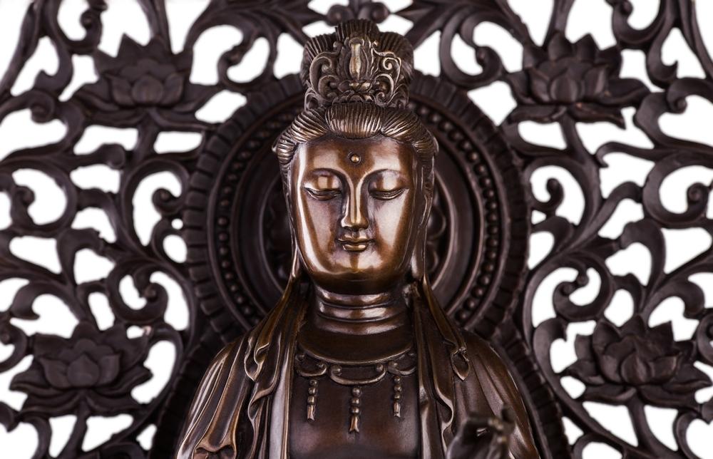 Tượng đồng khẽ thở dài. Thời của ta, mọi bức tượng đặt vào đây đều phải khai quang đấy.