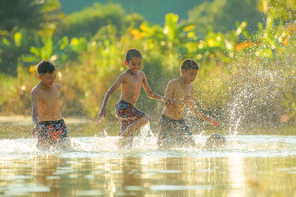 chơi thấm mệt một lúc lâu chúng tôi lại đổi trò: đánh trận, ngụp lặn chơi trốn tìm dưới lòng sông...