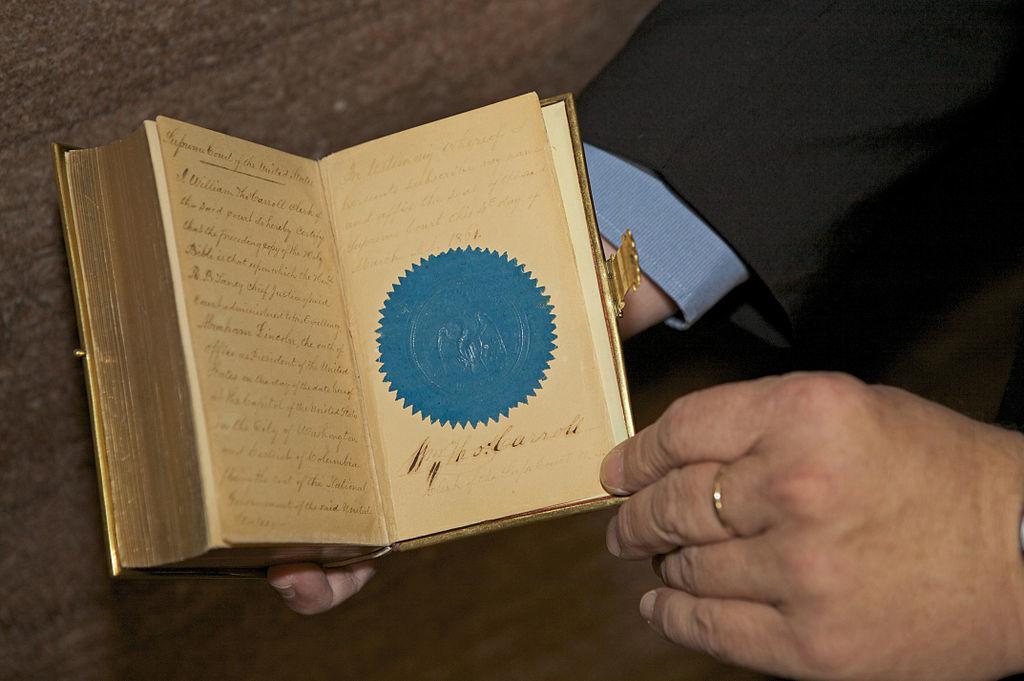 """""""Về cuốn sách vĩ đại này, tôi chỉ có thể nói, đây là lễ vật của Thượng Đế ban cho nhân loại"""". Ảnh: Cuốn Kinh Thánh mà Lincoln sử dụng trong lễ nhậm chức vào năm 1861."""