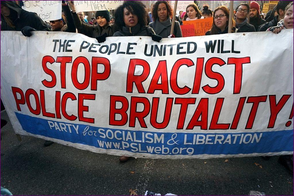 Dưới thời Barack Obama, tình trạng phân biệt chủng tộc không nhưng không được khắc phục. Trái lại, sự chia rẽ giữa các sắc tộc còn nặng nề hơn. Vào năm 2015, số người da đen bị cảnh sát Mỹ bắn chết lên tới 1134 người.