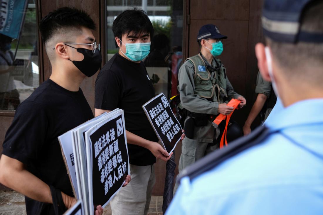 Các nhà hoạt động dân chủ tuần hành phản đối bộ luật an ninh mới, tại gần Văn phòng Liên lạc chính phủ ở Hồng Kông, vào ngày 22/5/2020. (Tyrone Siu/Reuters)